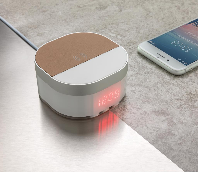 Digitalni sat, bežično punjenje, bijeli